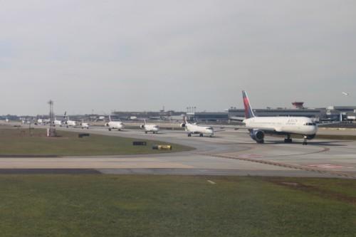 Delta em fila para decolagem