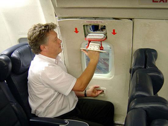 Homem abrindo uma janela de emergência