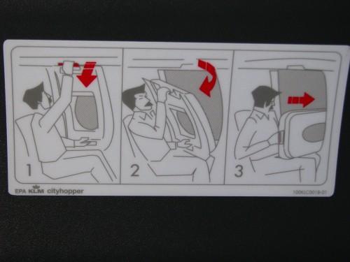 Adesivo com instruções para janela de emergência de um avião