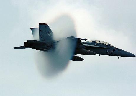 F/A-18 próximo de quebrar a barreira do som