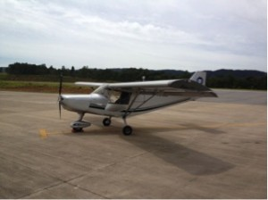 Um Bravo 700, ultraleve avançado com motor Rotax quatro tempos de 100hp, velocidade de cruzeiro de 100mph (160 km/h), que usado custa cerca de R$ 100.000,00. Foto do meu arquivo pessoal.