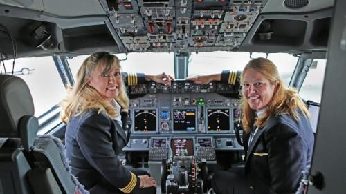 united-pilot-kim-noakes-and-co-pilot-1200xx5655-3181-0-295