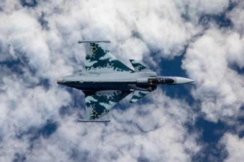 Foto do caça sueco Gripen E em voo